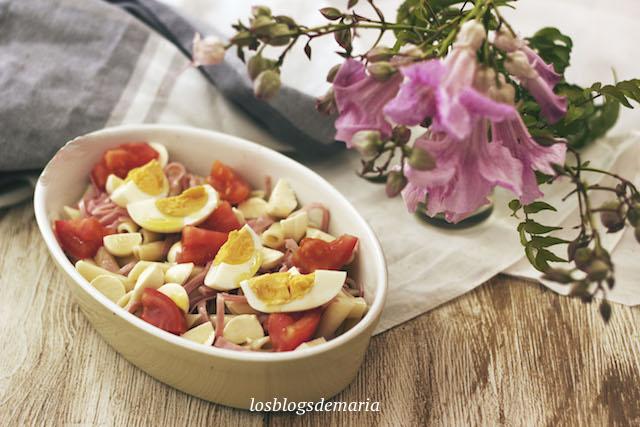 Ensalada de macarrones con tomate, mozzarella, jamón cocido y huevo