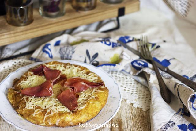 Tortilla de patatas con queso y jamón curado