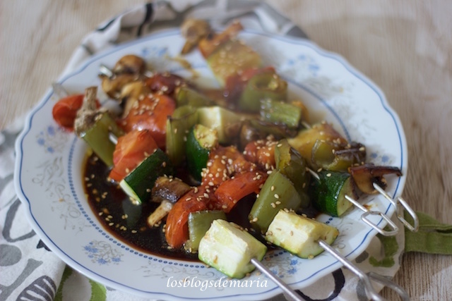 Brochetas de verduras a la soja y sésamo