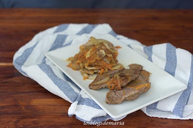 Escalopines de ternera con champiñones y zanahoria al vino tinto