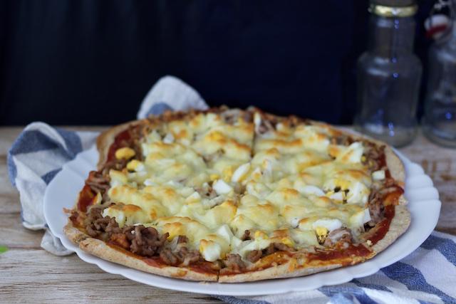 Pizza de espelta con carne picada y huevo