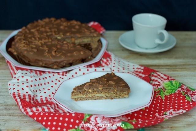 Tarta de chocolate y avellanas rellena de crema