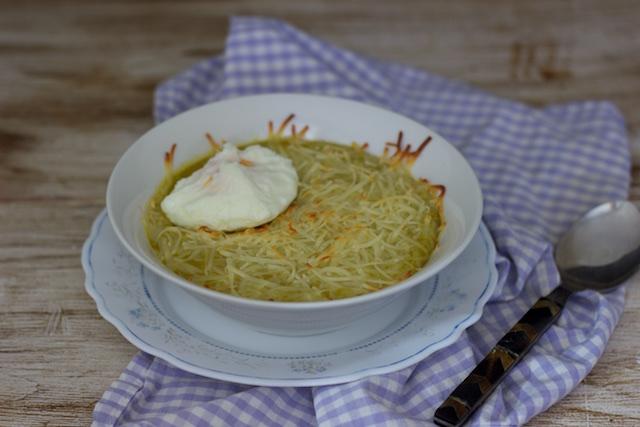 Crema de verduras con costra de queso y huevo poché