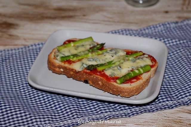 Tosta de espárragos verdes y queso azul