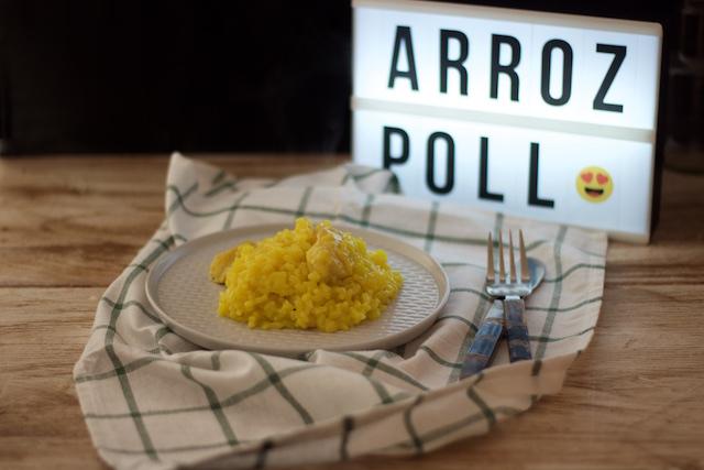 Arroz con pollo amarillo en olla de hierro fundido