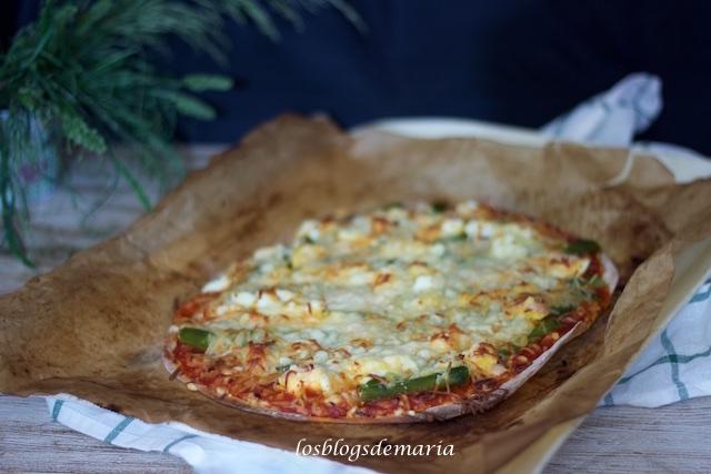 Pizza de espárragos, jamón y huevos cocidos