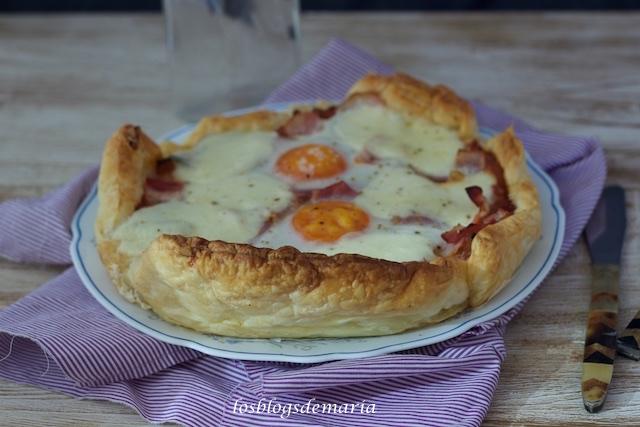 Pastel de hojaldre con pisto, carne picada, huevo y queso