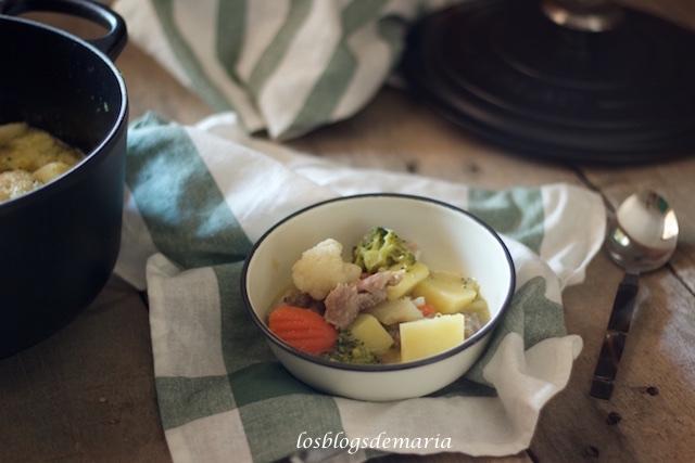 Guiso de patatas con carne, brócolis, zanahorias y coliflores