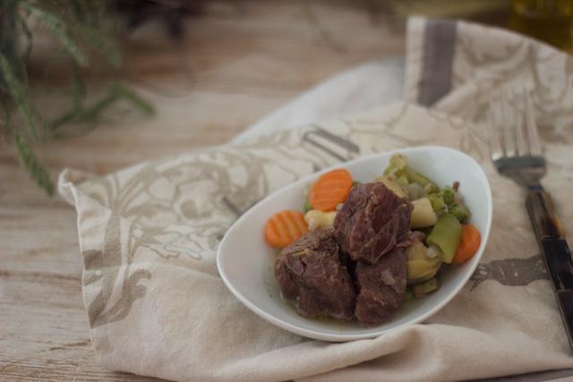 Guiso de ternera con espárragos blancos, alcachofas, judías verdes y zanahorias