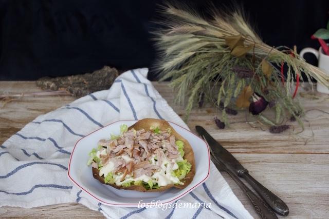Ensalada de alioli y carne asada sobre torta de trigo