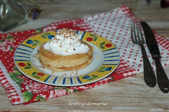 Tortitas americanas con crema de lotus y nata