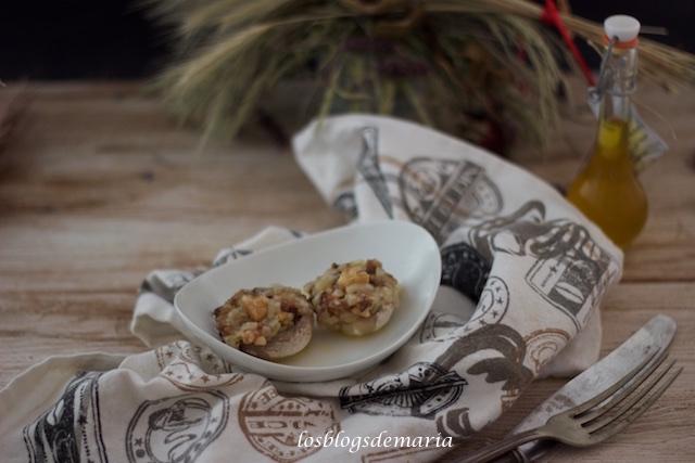 Champiñones rellenos de queso y nueces