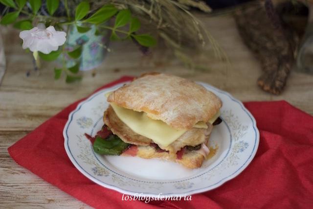 Serranito con queso en pan de chapata