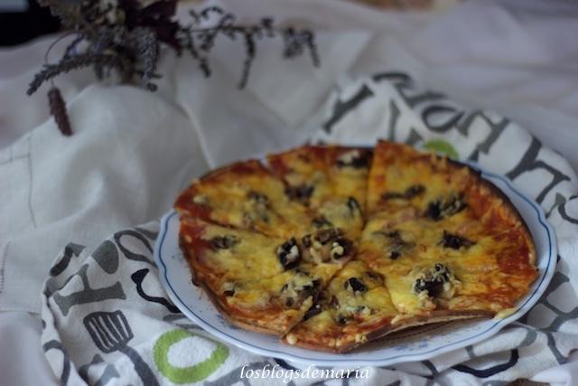 Pizza con bases preparadas de bacon y champiñones