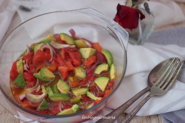 Ensalada de pimientos rojos asados con aguacates y cebolla morada