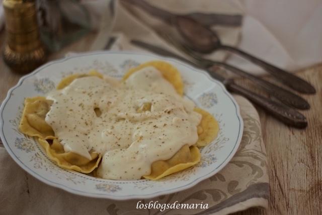 Raviolis rellenos de carne de ternera y salsa de queso