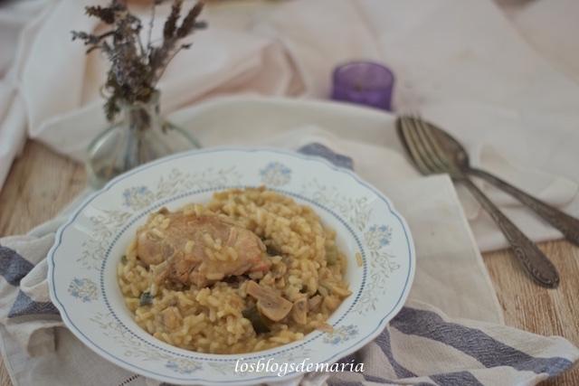 Arroz con contramuslos de pollo, judías verdes y champiñones en Cocotte