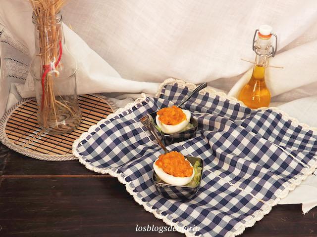 Huevos rellenos de carne de ternera y tomate
