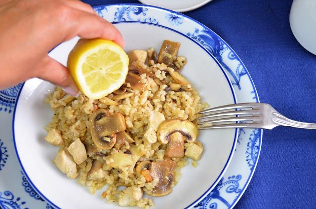 Arroz integral con pollo y champiñones al limon