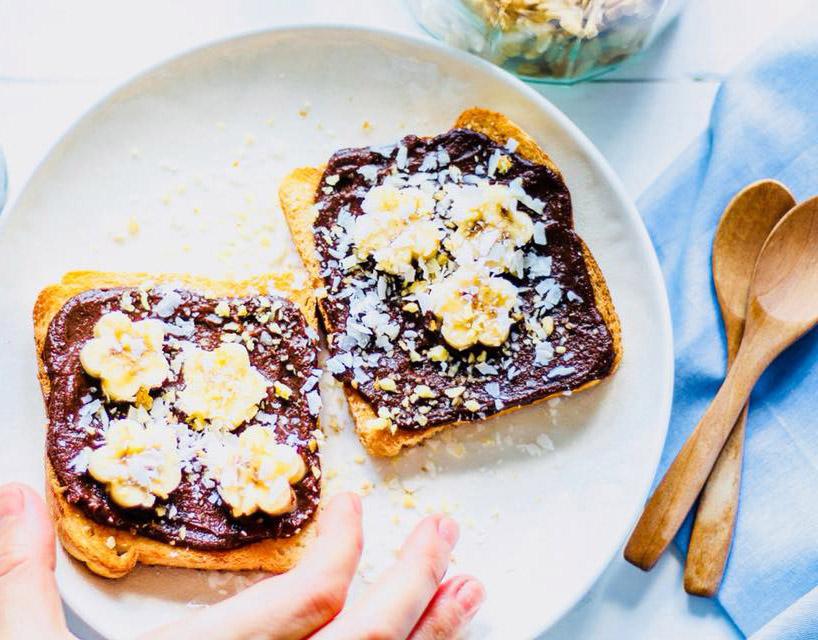 Tostadas con chocolate, banana y canela