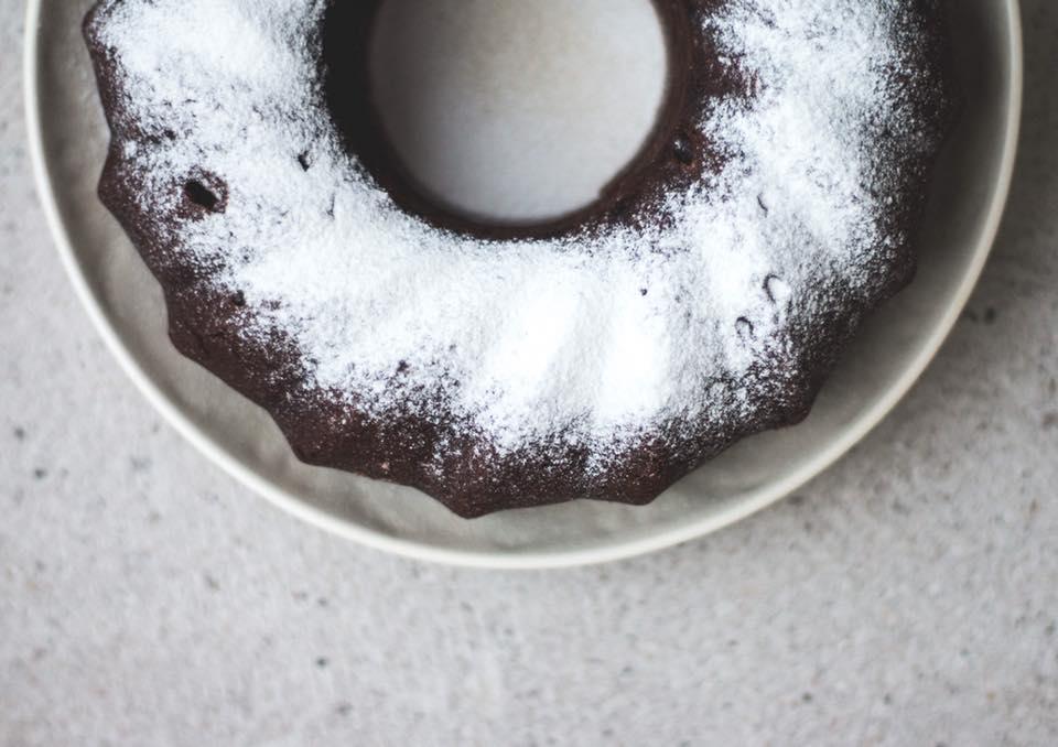 Cake húmedo de chocolate, avellanas y leche de coco