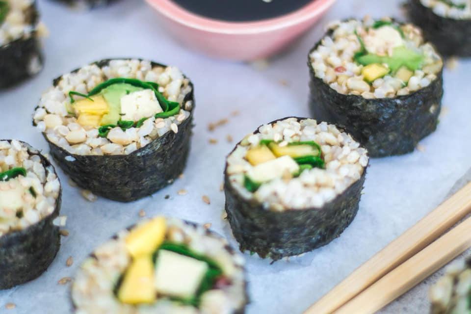 Frescos y deliciosos: rolls de arroz yamaní y mango