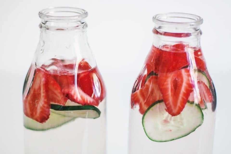 Agua refrescante de frutilla, pepinos y arándanos