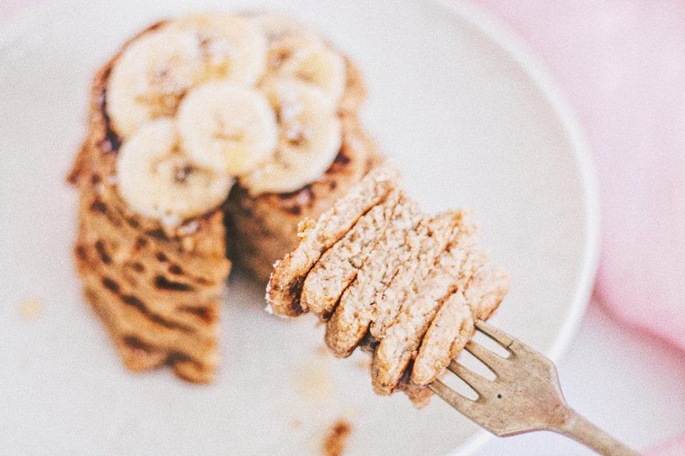 Esponjosos pancakes de avena y banana