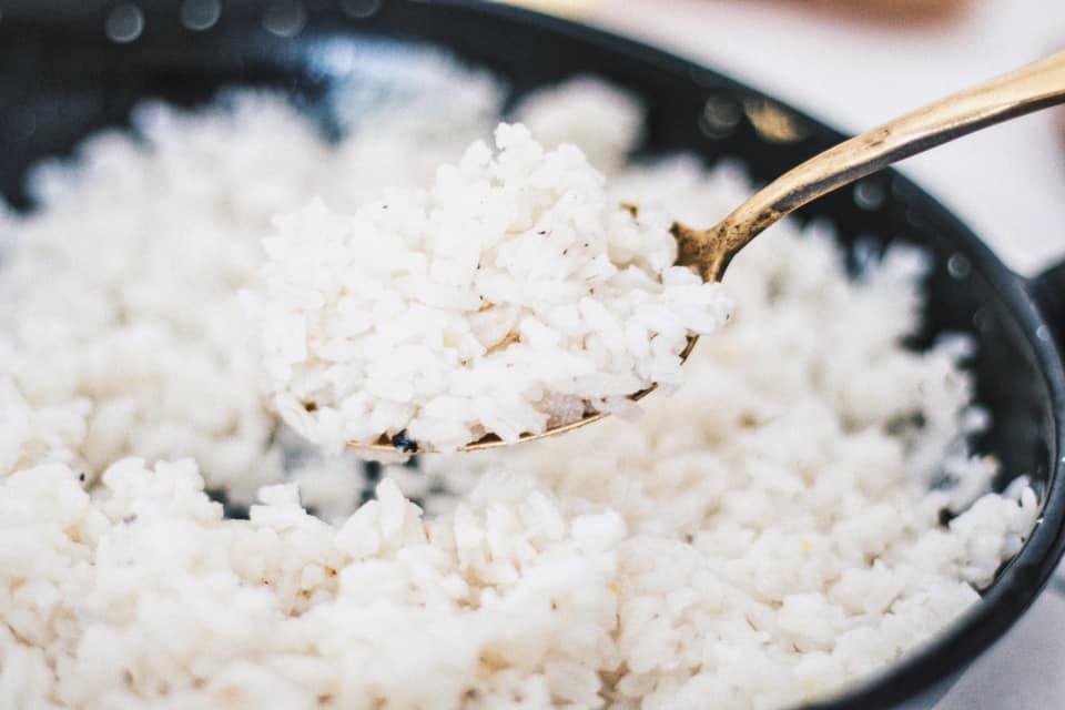 Exótico y sabroso: arroz con coco, limón y jengibre