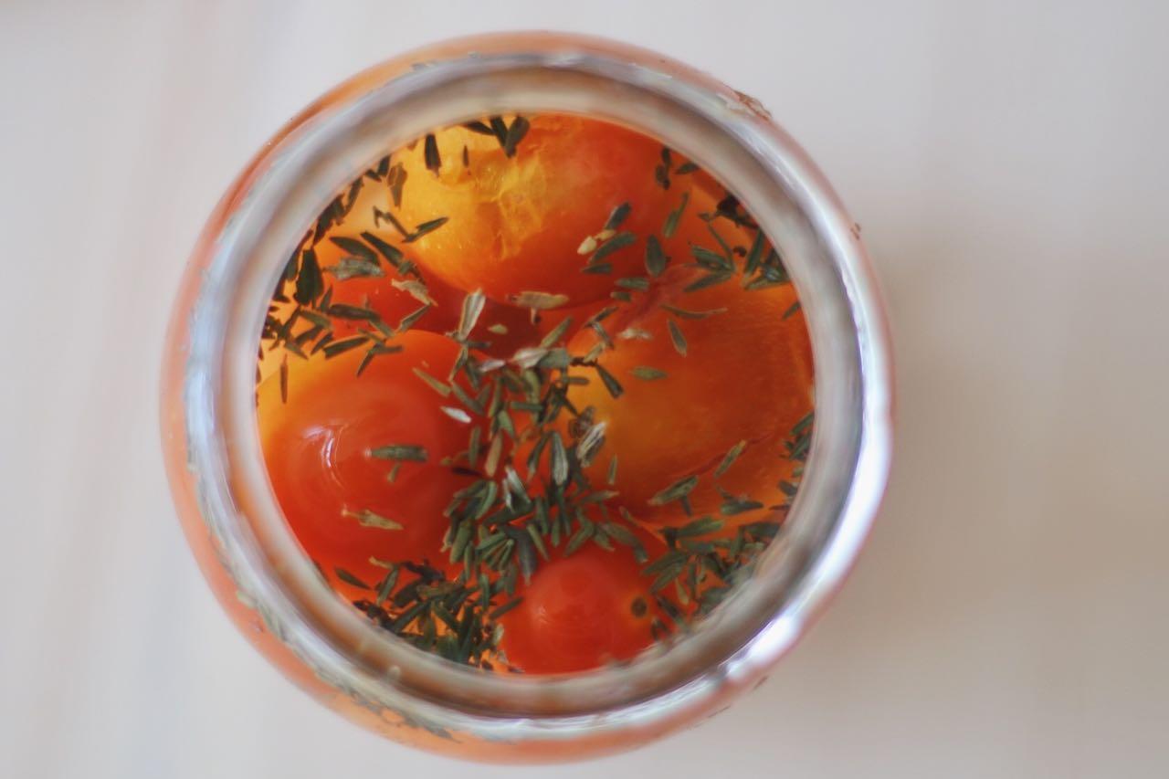 Tomates cherry fermentados con orégano