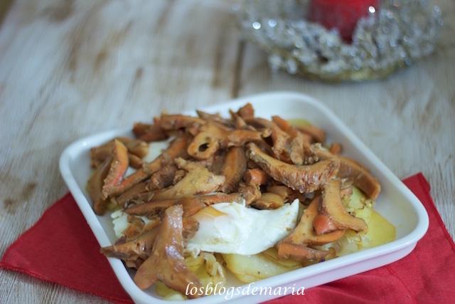 Níscalos con huevos estrellados, patatas y cebolla