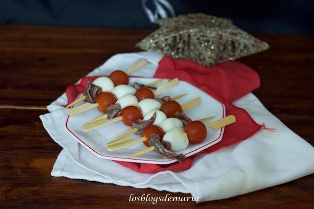 Mini brochetas de tomate, huevo de codorniz y anchoas