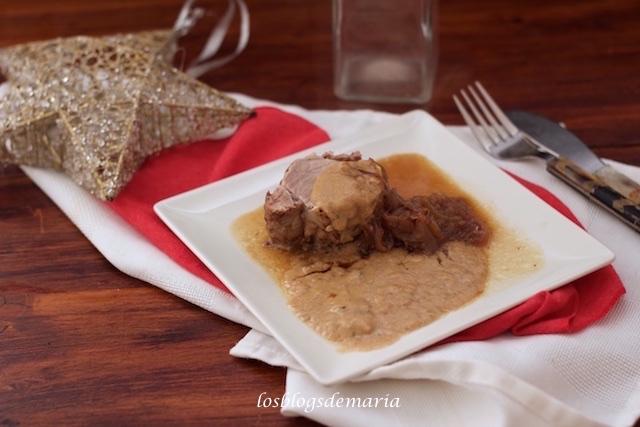 Solomillo de cerdo al vino tinto con cebolla y salsa de champiñones