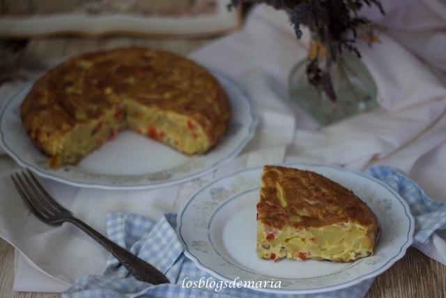Tortilla de patatas, cebolla morada y pimientos rojos