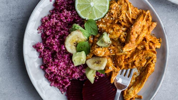 Quinoa de remolacha y pollo al curry
