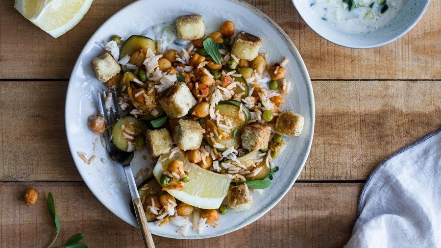 Tofu crujiente con garbanzos, verduras y arroz basmati al limón