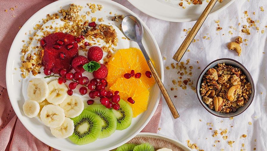Mi receta básica de granola casera con yogur, fruta y mermelada