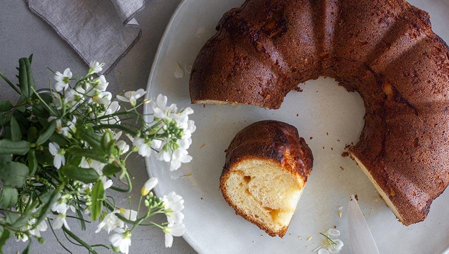 Bundt cake relleno de mermelada de manzana y frutos secos