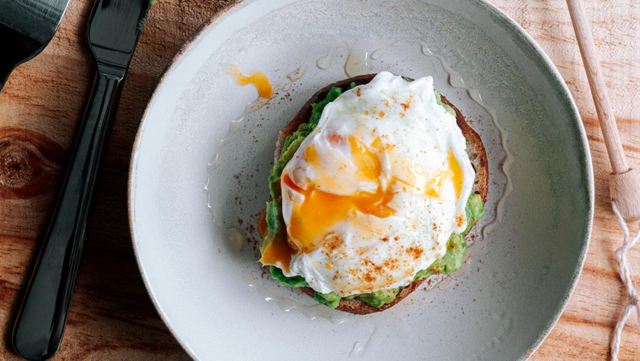 Desayuno saludable y completo. Tostada de aguacate con huevo escalfado.